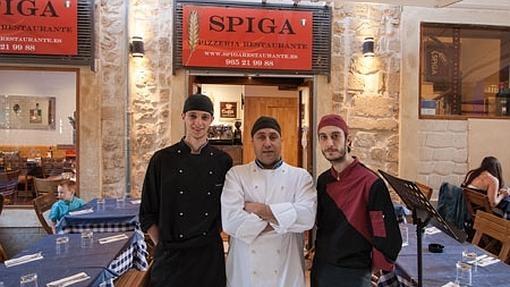 Equipo de cocina del Spiga de Alicante.