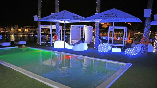 Piscina y terraza en la discoteca Marmarela.