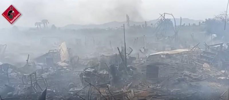 Casa familiar completamente destrozada por el fuego en Catral en la Costa Blanca