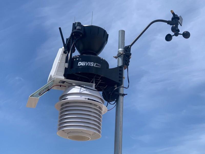 Estación meteorológica y sensor de calidad del aire instalados en Dolores en la provincia de Alicante